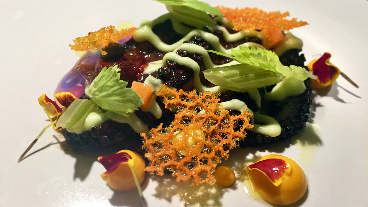 Le Cattive: Tintenfisch-Tentakel mit Karotten-Püree, Sellerie und Tomaten-Krokant Foto HvF