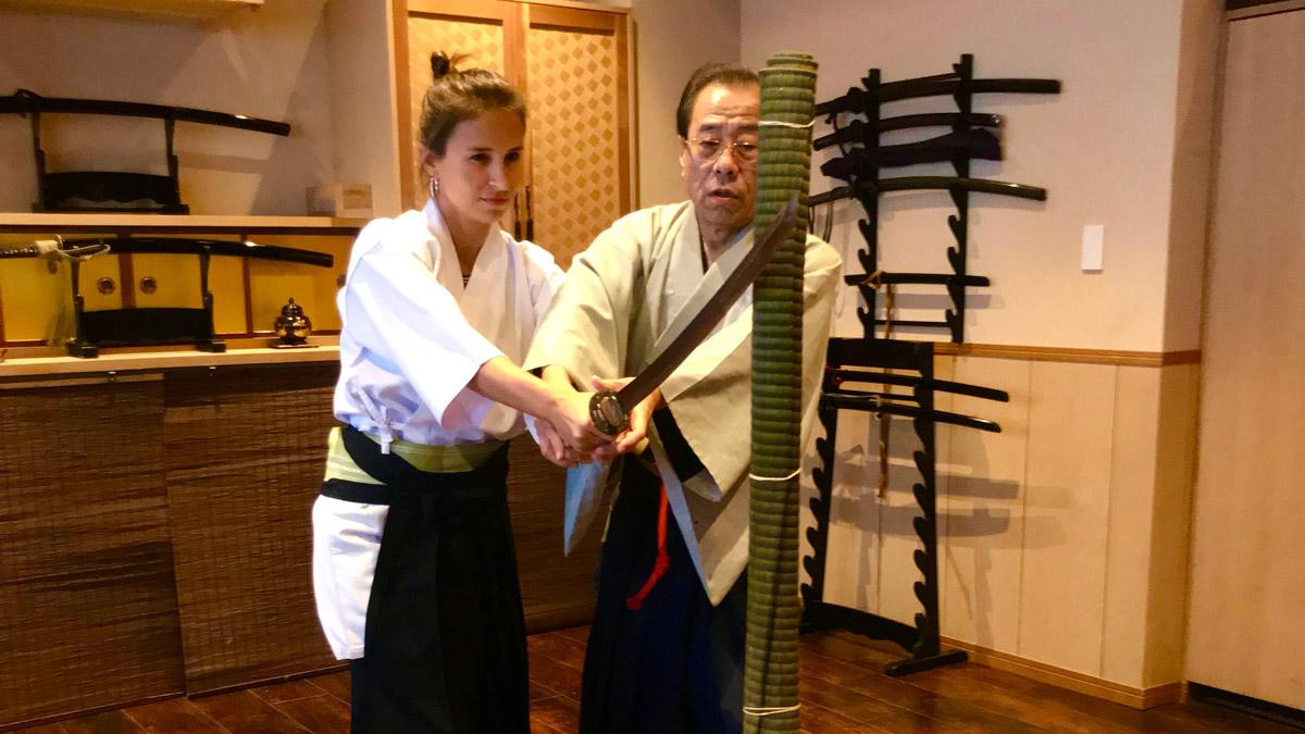 Inna mit Samuraischwert. Nach der Teezeremonie. Foto IH