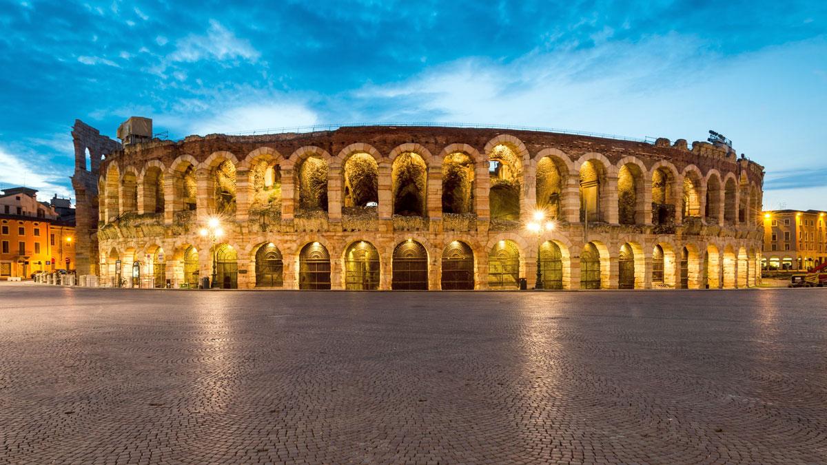 Was immer Sommer kaum möglich: Die Arena und die menschenleere Piazza Brà in der Adventszeit