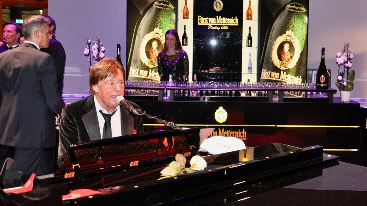 Andy Rühl am Piano in der Fürst von Metternich-Sektbar. Foto WR