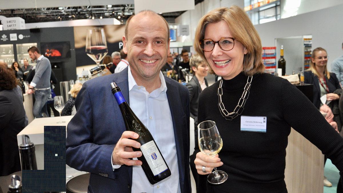 Christin Wöhrwag probiert den Fumé Blanc beim Nachbar Martin Schwegler, Staatsweingut Weinberg. Foto WR