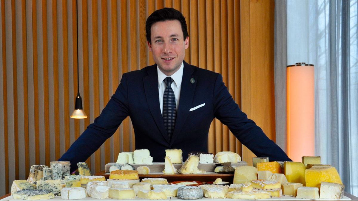 Sommelier René Antrag präsentiert den bestens gepflegten Käsewagen. Foto WR