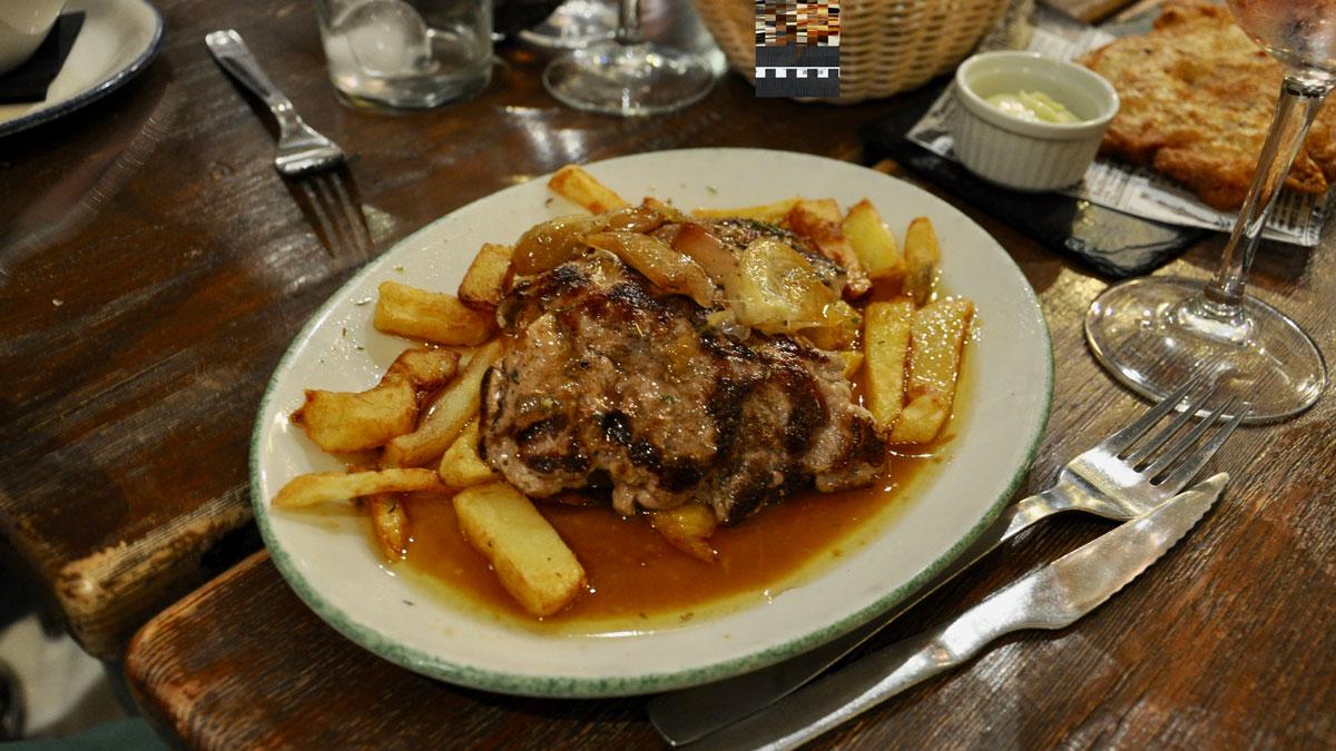 La Catedral Bar: …man muss schon Hunger haben – Schweineschnitzel mit Pommes frites Foto WR