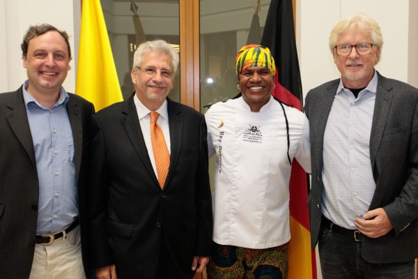 GE Mitherausgeber Jürgen Wenzel, der Botschafter Kolumbiens Hans-Peter Knudsen, der kolumbianische Starkoch Rey Guerrero und GE Chefredakteur Helmut von Finck
