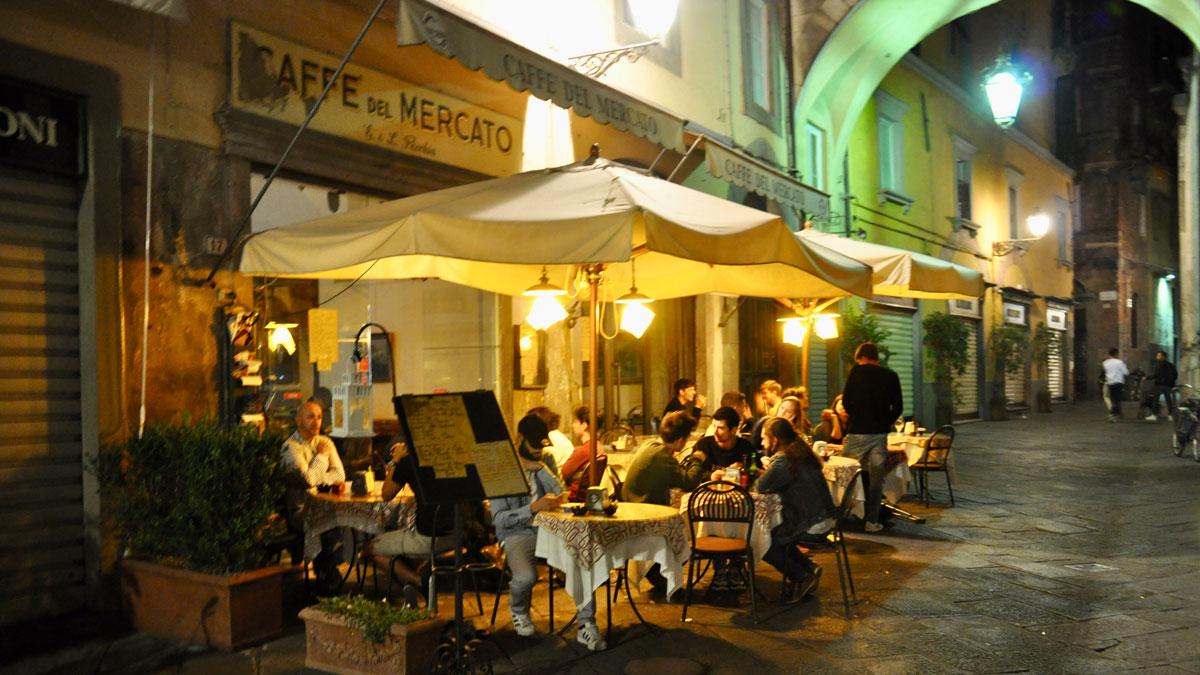 Lucca. Caffé del Mercado an der Piazza San Michele: Hier bekommt man seinen Grappa noch bis Mitternacht. Foto WR