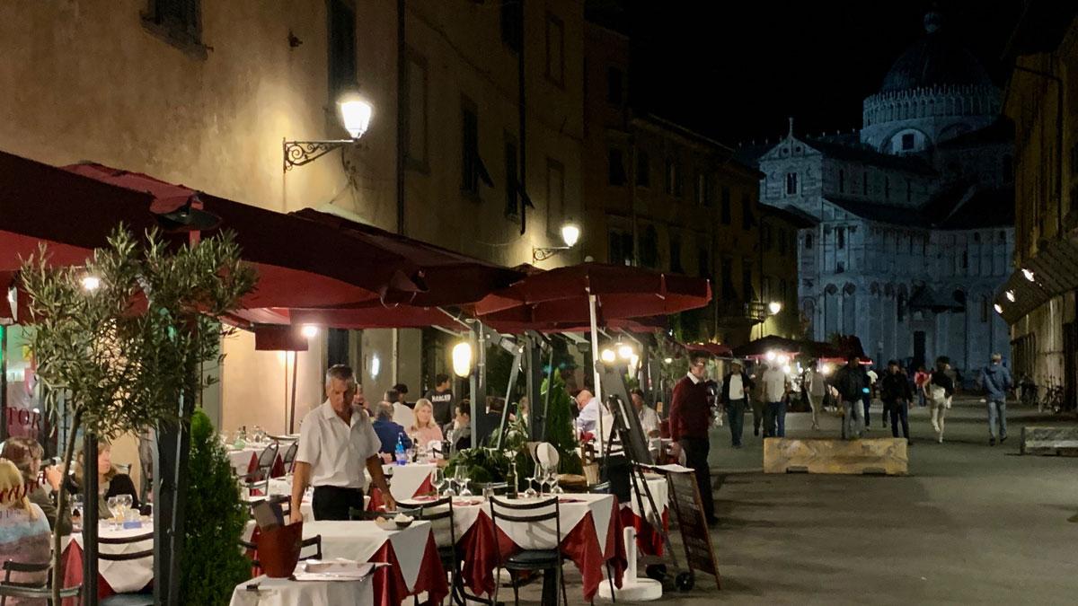 Pisa. Hier sitzt man besonders schön: Trattoria Toscana mit Blick auf den Dom. Foto WR