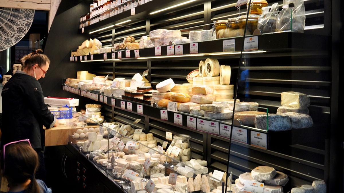 Ausgesuchte Käse Im Maison Lorho in der Rue des Orfevres 3. Foto WR