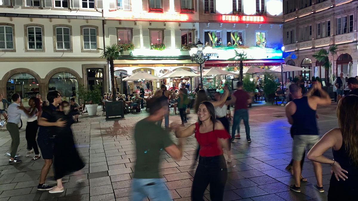 Auch das ist Straßburg: Salsa und Tango am Abend auf dem Gutenberg-Platz wie in Buenos Aires . Foto WR