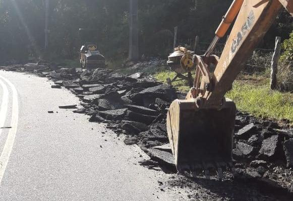 Prefeitura do município de Governador Celso Ramos realiza poda de árvores e reparo em asfalto