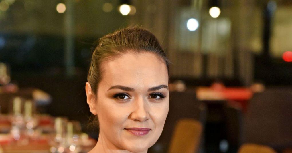 Alenka Košir v elegantni črni obleki pokazala razkošen dekolte
