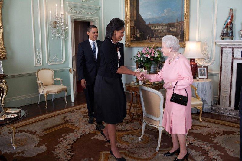 Kraljica Elizabeta se je razveselila objema Michelle Obama