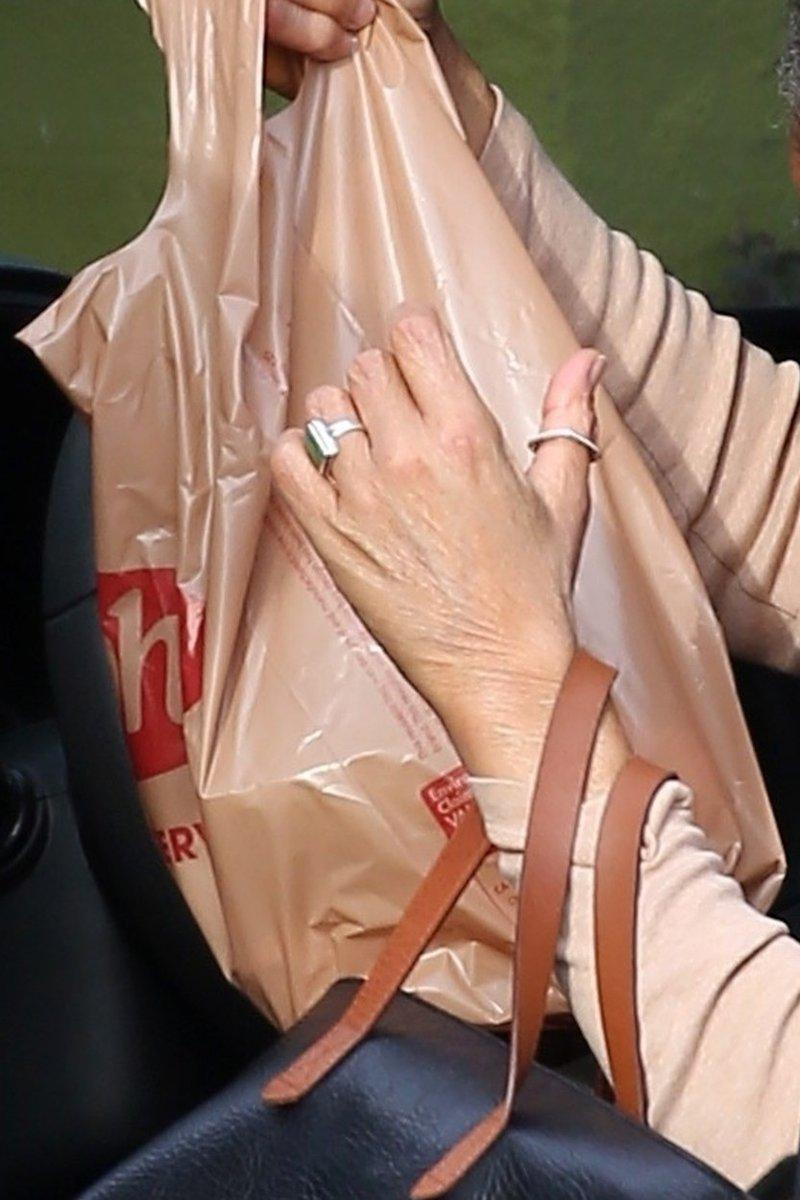 Na roki mame Meghan Markle skrivnostni prstan, številni mislijo, da ji ga je podaril princ Harry