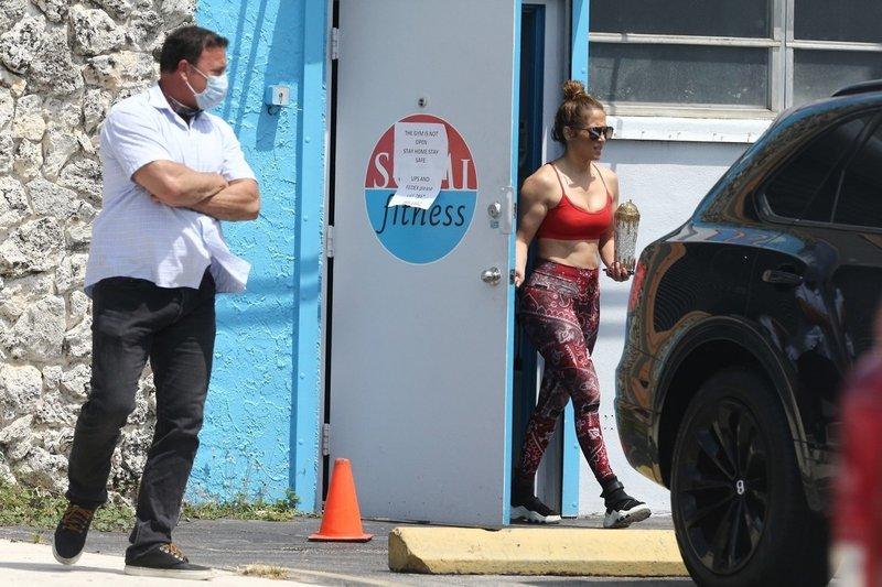 Jennifer Lopez pokazala svoje trebušne mišice, ko je odhaja v telovadnico, ki so jo odprli samo za njo