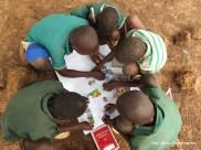 7. Ghana, Bundoli. Wiele dzieci pierwszy raz w życiu miało w ręku kolorową kredkę, układało puzzle, malowało farbami. Niesamowicie było widzieć tą radość, fascynację i zaciekawienie. (Fot. Anna Goworowska)