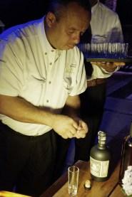 Aquiles, sommelier de restaurant Yagrumo, destapando una botella de Reserva Exclusiva para servirlo como pousse café