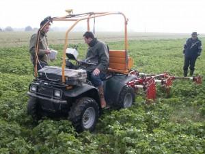 L'équipe de Geocarta à l'oeuvre avec son quad dans un champ de Jean Fumery