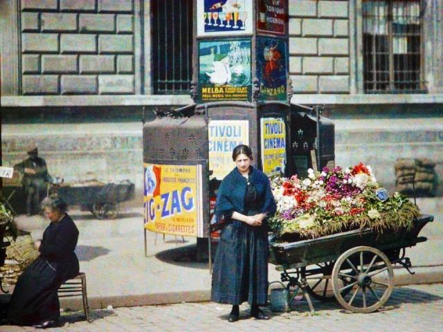 Marchandes de fleurs ambulantes Place de la République X° Arr. – devant la caserne Verines le  le10 Mai 1918 – photo Auguste Léon
