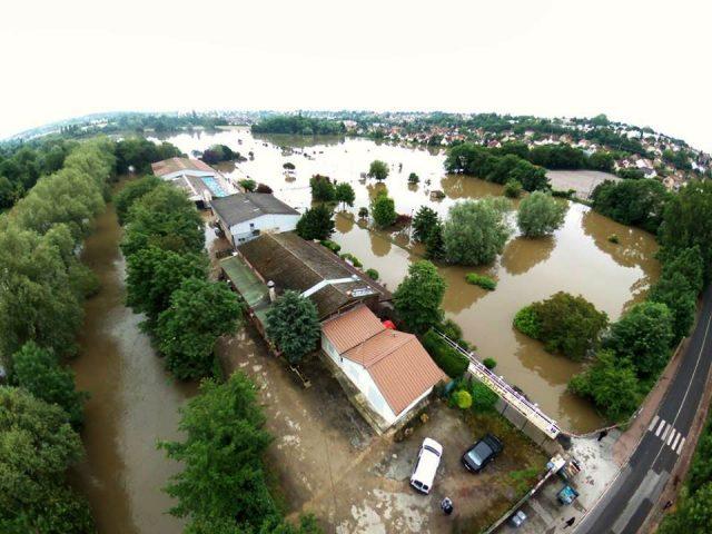 Vue aerienne de la plaine de chalandray avec le centre equestre de Montgeron évacué dès Mercredi credit ville de Montgeron