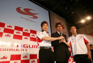 Aguri Suzuki poses with drivers Takuma Sato (right) and Yuji Ide (left) in Tokyo in March 2006.