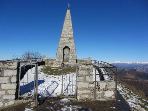 Monumento in vetta al Monte Palanzone sulla Dorsale del Triangolo Lariano