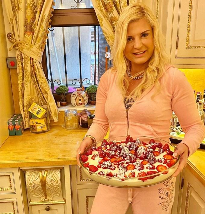 Μαρίνα Πατούλη: Μαγειρεύει στην ολόχρυση κουζίνα της