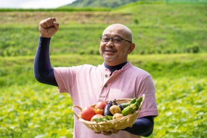 野菜を採る男性