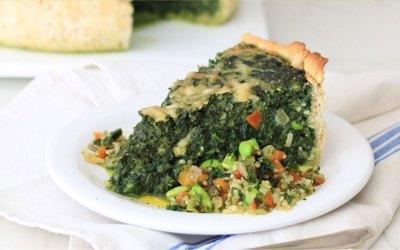 Tarta de espinacas gratinada, con salteado de vegetales y quinoa