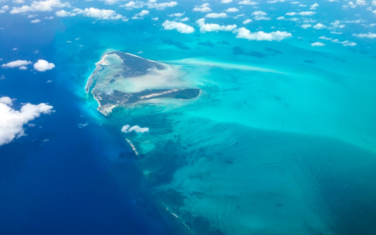 Shades of turquoise waters surround sandbanks off Eleuthera in the Bahamas as seen from a plane 25 June 2018. (Photo by Daniel SLIM / AFP)        (Photo credit should read DANIEL SLIM/AFP/Getty Images)