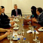 Хашим Тачи са породицама киднапованих Срба и Албанаца