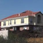"""ИРОНИЈА У Чаглавици: продали земљу на којој ниче """"жута кућа"""""""