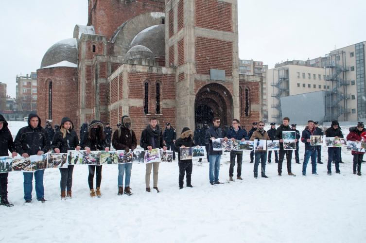 Албанским студентима сметала Божићна литургија у храму Христа Спаса