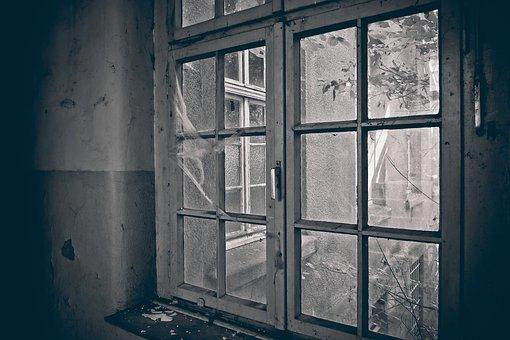 Polupani prozori na školi u Rabovcu