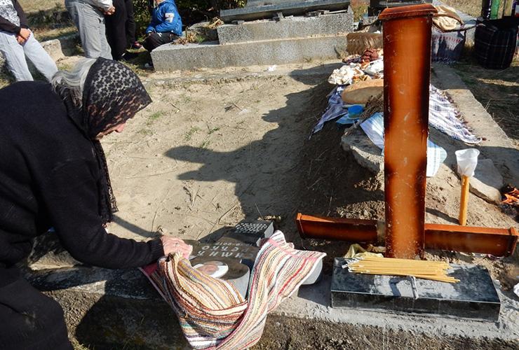 На гробљу у Ораховцу опет поломљени крстови
