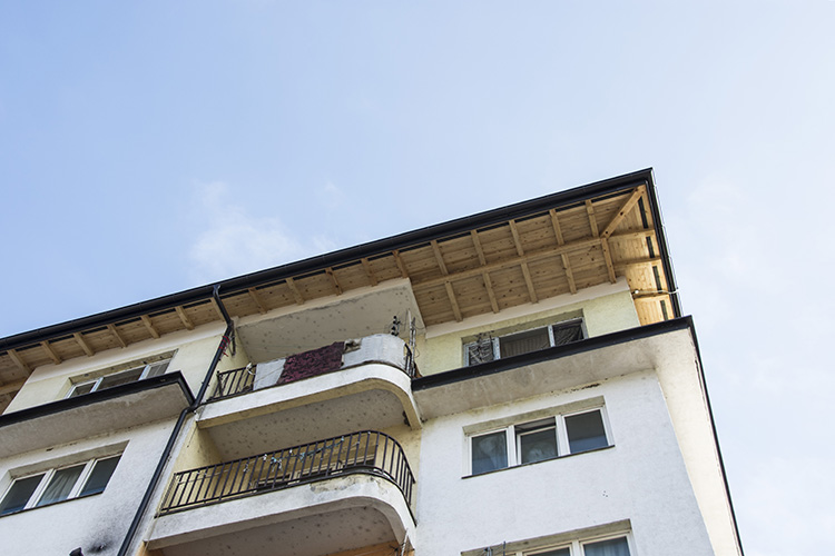 На стамбеној згради у Племетини урађен нови кров