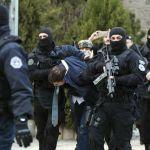 Ђурића приводе, а грађани Приштине звижде и добацују