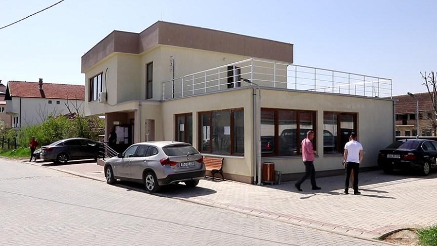 """Клокот: На згради нове општине табла са ознакама """"Република Косово"""""""