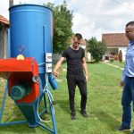 Општина Грачаница донирала мешаону за сточну храну младом пољопривреднику из Скуланева