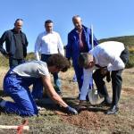 Gradonačelnik Gračanice Srđan Popović i ministar Rikalo pošumljavali golet iznad Gračanice i razgovarali sa poljoprivrednicima