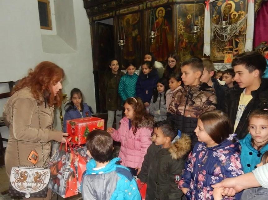 Удружење Глас Метохије поклонима обрадовало малишане у неколико места на Космету
