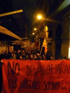 Manifestació pels espais alliberats, al pas pel mercat de l'Abaceria