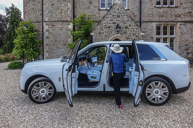 Rolls-Royce-Cullinan-SUV-MenStyleFashion-2019-Artic-White-United-Kingdom-27-Gracie-Opulanza