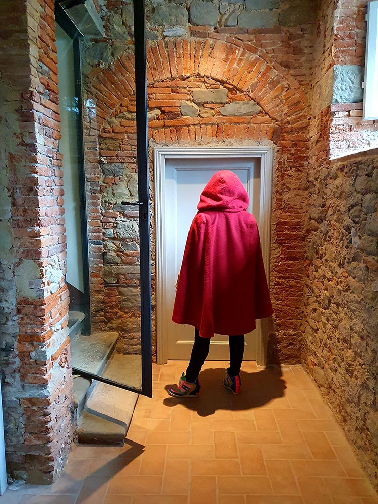 wool red cape Gracie Opulanza tuscany italy (2)