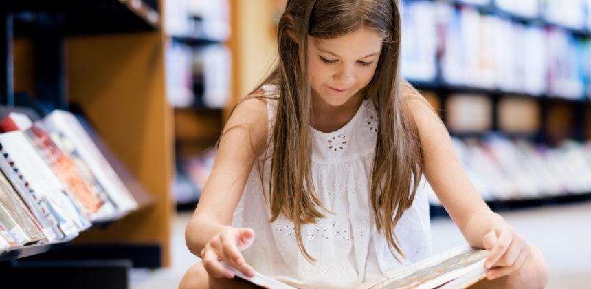 Küçük kız, bir kitap okuyor, içinde, kütüphane