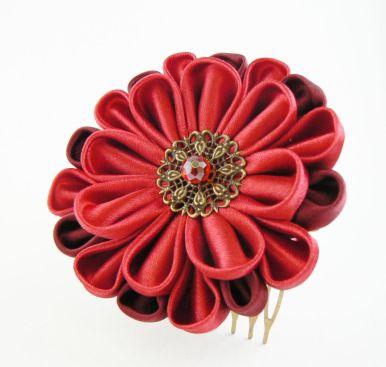 Dalie rosie satin pieptene par floare