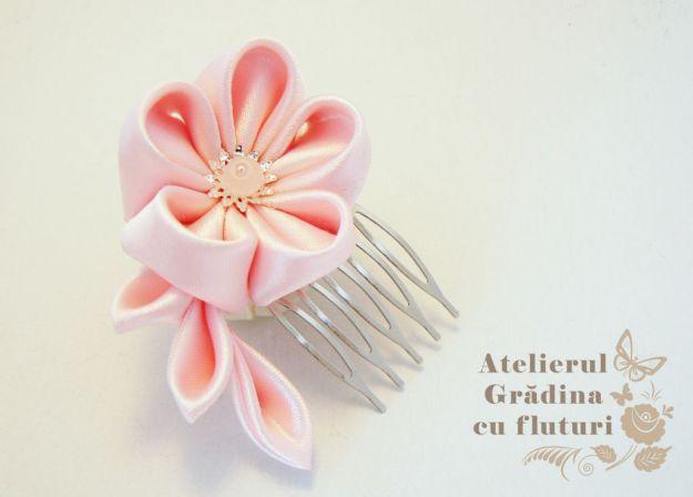 floare roz pieptene logo
