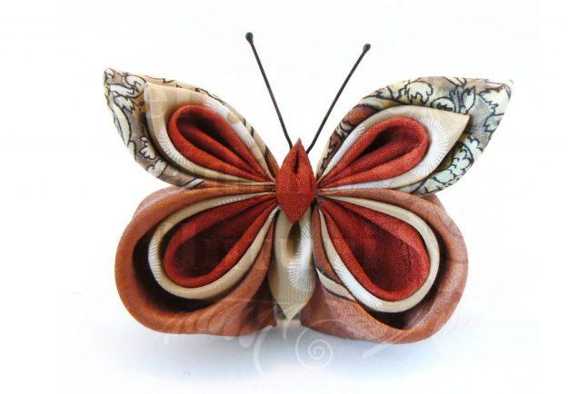 Broşă la comandă cu fluture din mătase din eşarfe în culorile toamnei.