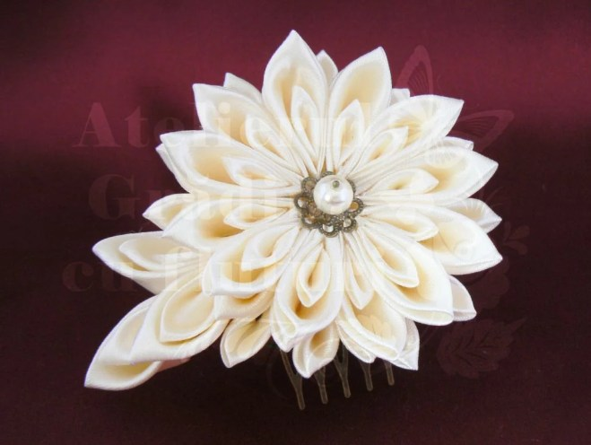 Crizantema kanzashi satin crem mireasă față