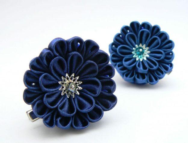 Crizantema kanzashi baza dubla din satin bleumarin