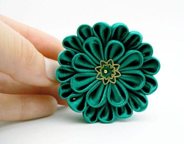 Crizantema kanzashi baza dubla din satin verde smarald