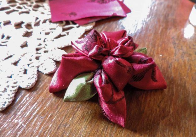 Floare kanzashi de craciun din satin recuperat